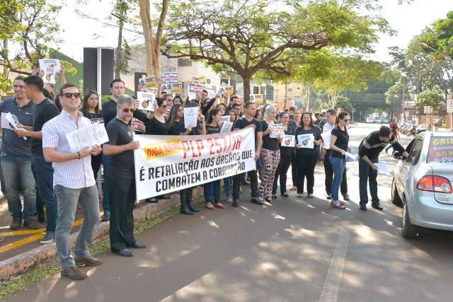Servidores da Justiça Estadual e do MPE protestaram em Dourados. - Crédito: Foto: Marcos Ribeiro
