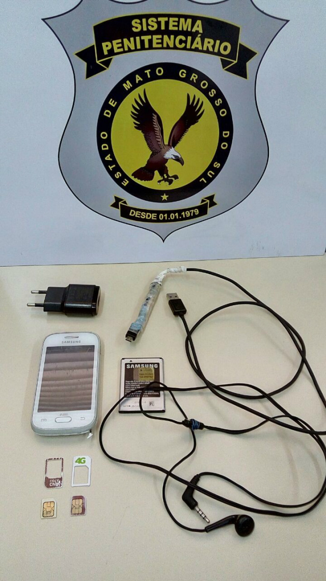 Agentes flagram celular e acessórios durante revista pessoal em detentos -