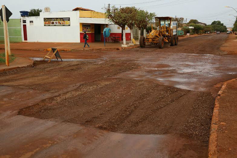 Equipe da Prefeitura trabalha na recuperação de ruas dos bairros Canaã I e Santa Maria Foto: A. Frota -