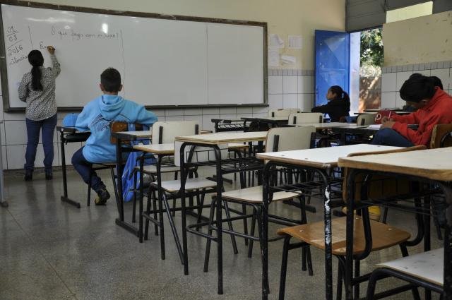 Na Escola Municipal Elza Farias o cenário foi de salas de aulas praticamente vazias na manhã de ontem; a greve iniciou no dia 23 de junho e continua por tempo indeterminado em Dourados. - Crédito: Foto: Hédio Fazan