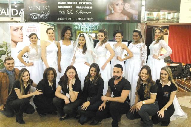 A competente equipe da Clínica Vênus de Lu Oliveira e as jovens que desfilaram com lindos vestidos de noiva. Parabéns e muito sucesso -
