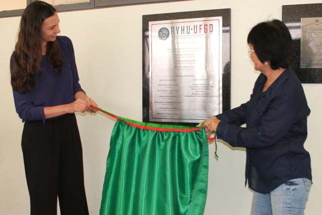 Superintendente Marian a Croda e presidente Liobeth Kojima descerraram placa alusiva à fundação da AVHU-UFGD.  -