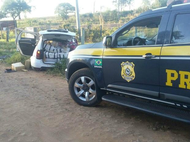 Carro com droga capotou durante fuga da PRF - Crédito: Foto: PRF/Divulgação