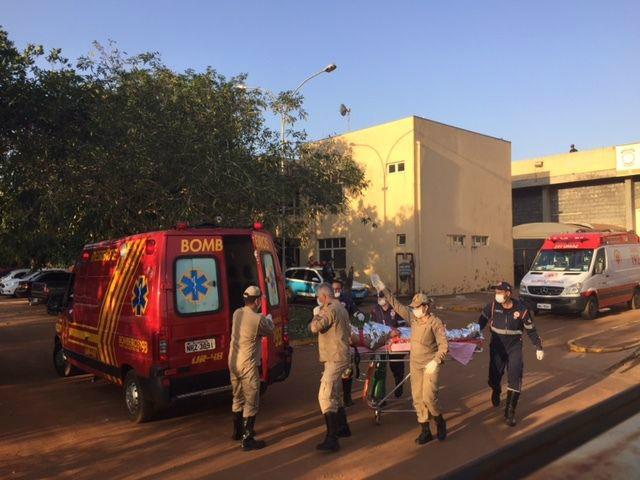 Presos ferido sendo atendidos pelos bombeiros. - Crédito: Foto: Portal do MS