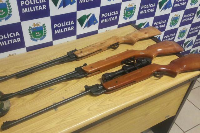 PMA prende assentado com três rifles de caça ilegais e munições, sendo um com mira telescópica -