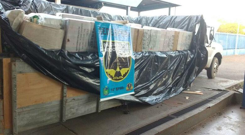 A maconha foi encontrada na carroceria do caminhão - Crédito: Divulgação/PM