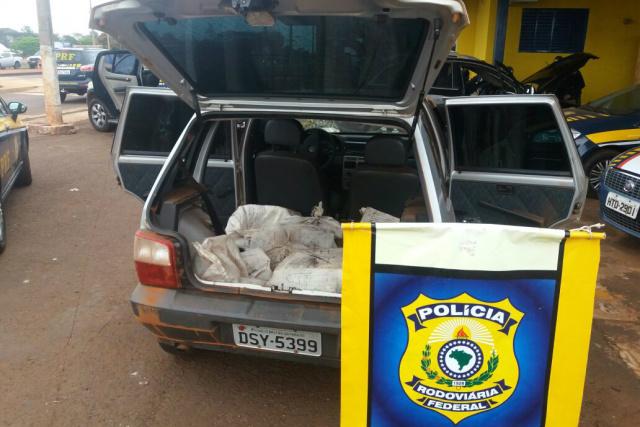 Menor levava 202 quilos no interior de um veículo Fiat Uno. - Crédito: Foto: Divulgação/PRF