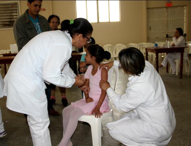 Nesta etapa estão sendo vacinados crianças de 05 a 10 anos. - Crédito: Fotos: Régis Luiz