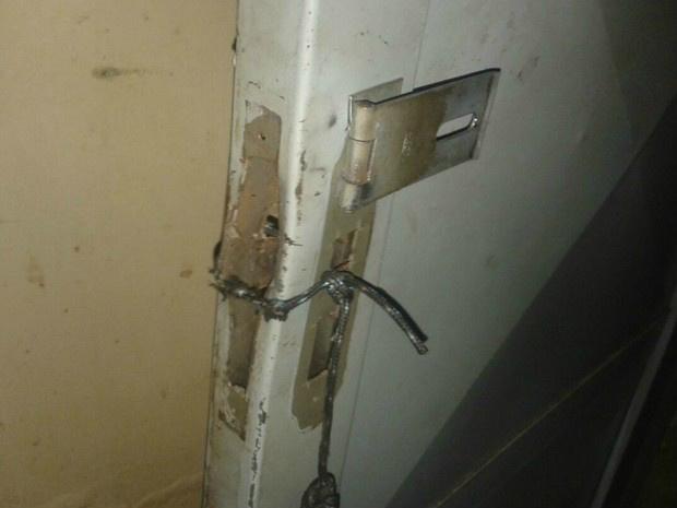 As portas da delegacia foram arrombadas - Crédito: Osvaldo Nóbrega/ TV Morena