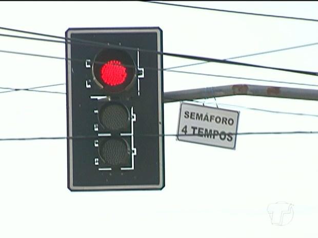 Projeto que proibia multa por avanço de sinal na madrugada foi vetada pelo prefeito de Campo Grande  - Crédito: Foto: Reprodução/TV Tapajós