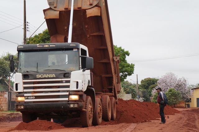 Equipe iniciou obra de pavimentação no bairro Vitória em Ivinhema. - Crédito: Foto: Assessoria