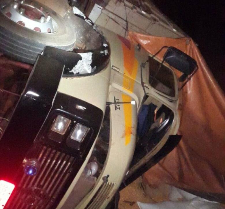 O caminhão tombou após o acidente - Crédito: Nova News