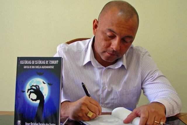 """Autor do livro """"Histórias ou Estórias de Terror? Contos de uma Família Aquidauanense"""", Cesar Christian Ferreira dos Santos. -"""