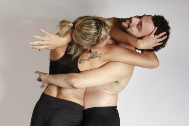 """Proposta do espetáculo """"Fluzz"""" é questionar os corpos e conexões em mo-vimentos que dialogam com o mundo das redes. - Crédito: Foto: Helton Pérez"""