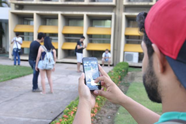 Febre do Pokémon Go invadiu as ruas e até os ambientes de trabalho - Crédito: Foto: Desirêe Galvão/G1