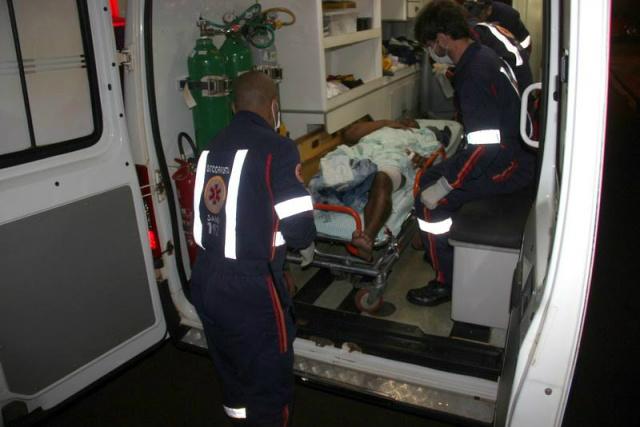 As vitimas foram levadas pelo Samu ao hospital da Vida. - Crédito: Foto: Cido Costa/Douradosagora