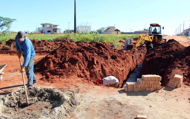 Drenagem deve ser realizada para posteriormente iniciar obra de asfalto. - Crédito: Foto: Assessoria