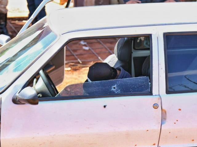 Uno com a porta aberta e uma das vítimas morta, ao volante - Crédito: Fernando Antunes