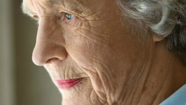 Hoje muitos filhos adultos ficam irritados por precisarem acompanhar os pais idosos ao médico, aos laboratórios. - Crédito: Foto: Divulgação