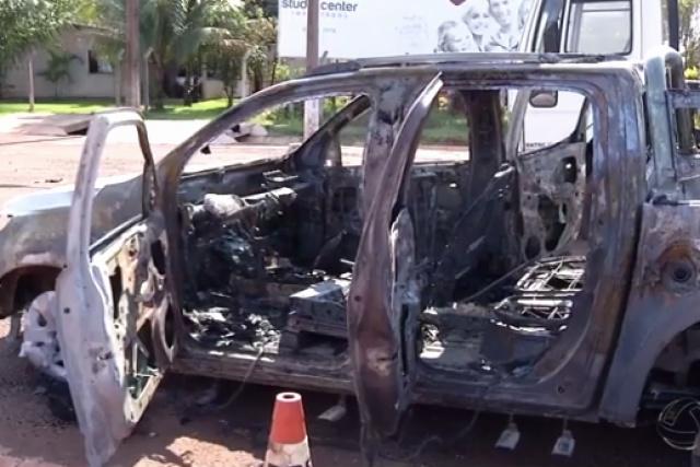 Carro  foi encontrado queimado às margens da rodovia. - Crédito: Foto: G1 MS
