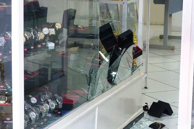 Os assaltantes quebraram vitrines - Crédito: Ivinotícias