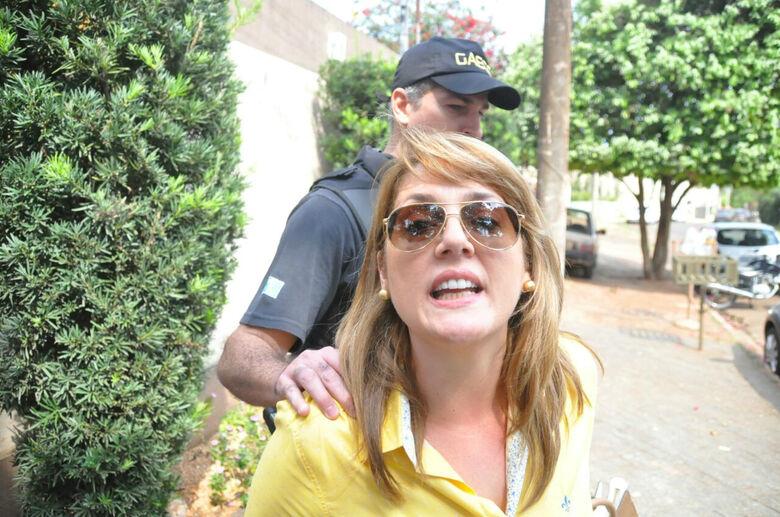 Andreia Olarte sendo levada à cadeia por agentes do Gaeco - Crédito: Geovanni Gomes