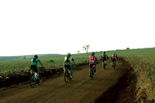 Estrada de terra na região noroeste de Dourados por onde passarão os ciclistas que participação do desafio Power Tour. - Crédito: Foto: Dênes de Azevedo
