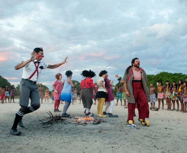 O projeto apresentado pelo grupo  Pallasos en Rebeldía, percorre em caravana retomadas terras. - Crédito: Foto: Divulgação