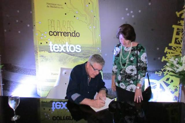 Henrique de Medeiros autografa seu mais recente livro para Marisa Serrano, conselheira do Tribunal de Contas do Estado. - Crédito: Foto: Elvio Lopes