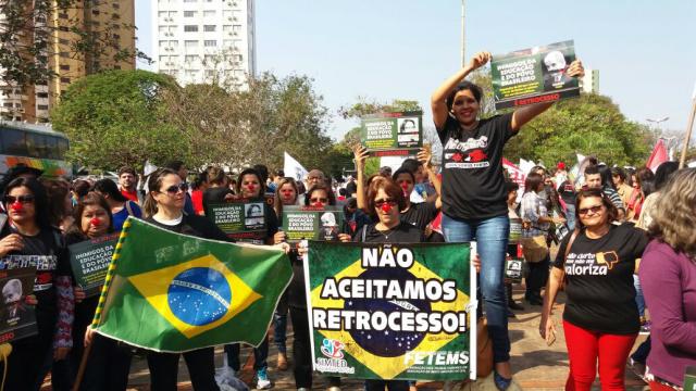 Manifestantes da educação durante protesto pelas ruas da Capital. - Crédito: Foto: Divulgação