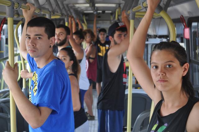 """Cia Dançurbana criou """"De Passagem"""", como uma peça que invade a cidade: dentro de um ônibus, percorrendo um trajeto de entradas e saídas. - Crédito: Foto: Divulgação"""