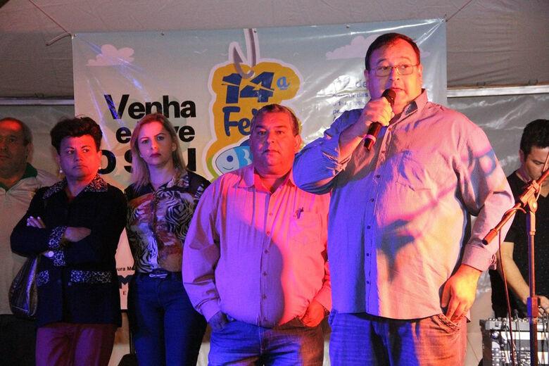 Prefeito Dr. Bandeira ao lado do vice, Valter Brito, secretários e vereadores fez a abertura da 14ª Feira do Peixe de Amambai -