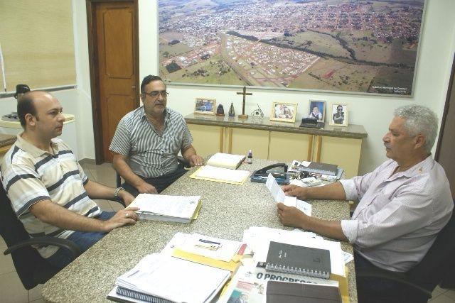 Prefeito Mário Valério e assessores da área financeira discutem ações no setor de economia do município. - Crédito: Foto: Dilermano Alves