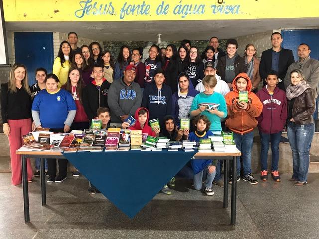 Exemplares foram doados pela Cooperativa vão reforçar o acervo da biblioteca da escola - Crédito: Foto: divulgação