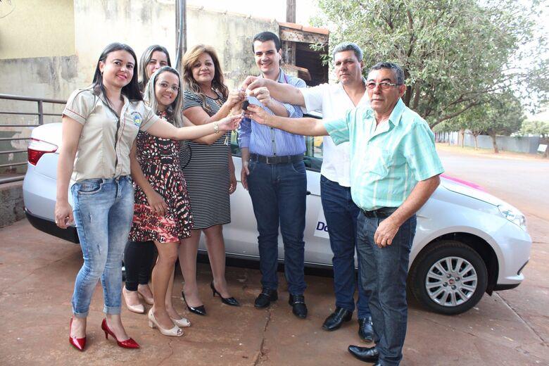 Prefeito de Douradina, Jean Sérgio Clavisso Fogaça, entrega chave do veículo à equipe do Centro de Referência a Assistência Social -
