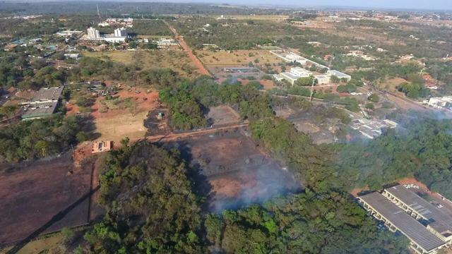 Imagem captada por drone utlizado pelos bombeiros mostra área destruída pelo incêndio neste sábado - Crédito: Foto: CBMMS/Divulgação