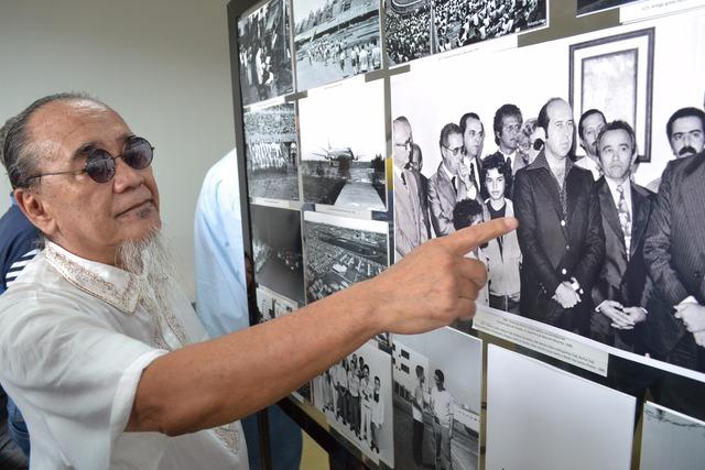 Roberto Higa mostra um dos momentos fotografados durante a criação do Estado - foto: JONAS CAMPOS  -