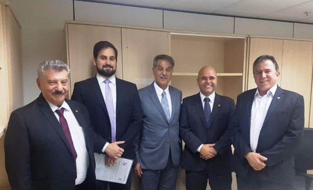 Os secretários Zé Elias Moreira e José Richa Filho cumpriram mais uma etapa da implantação da ferrovia Dourados/Paranaguá, na semana passada, em Brasília - Crédito: Foto: divulgação