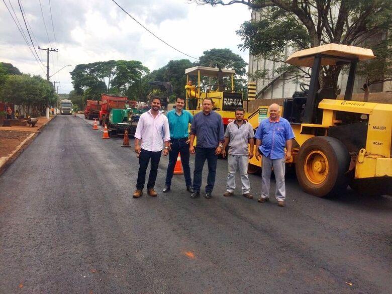 Prefeito Jean, Inácio e Fábio durante vistoria do recapeamento de rodovia -