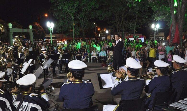 Em Jateí, o final de semana foi marcado com o acendimento das luzes natalinas na praça central -