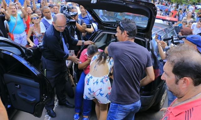 Populares se aglomeraram ao redor da viatura e manifestaram contra os presos - Crédito: Foto: Wesley Ortiz, TopMídiaNews