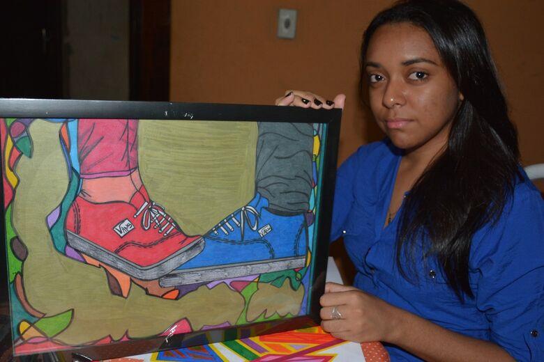 Douradense Andréia Brito Lara, de 21 anos, mostra seu trabalho em quadros e folhas artísticas que exaltam a linearidade das formas. Ela faz uso da técnica de abstracionismo geométrico -