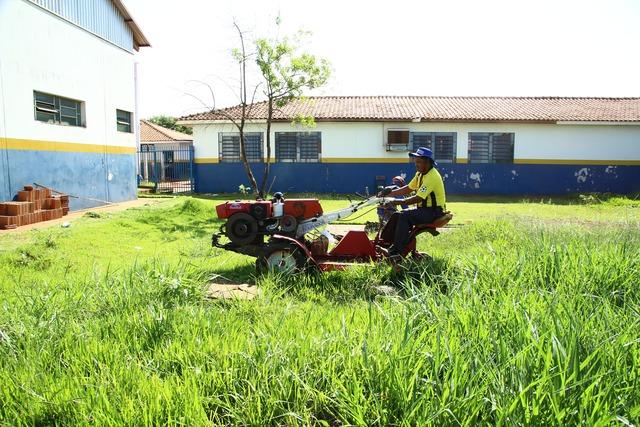 Semsur faz limpeza de escolas imediações para receber a comunidade escolar nas volta às aulas - Crédito: Foto: A. Frota