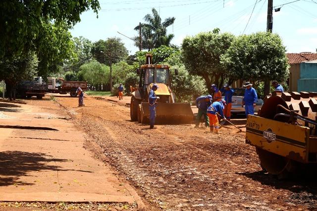 Trecho crítico da rua Antônio Elias, no Jardim Santa Maria, está dando lugar a um novo asfalto - Crédito: Foto: A. Frota