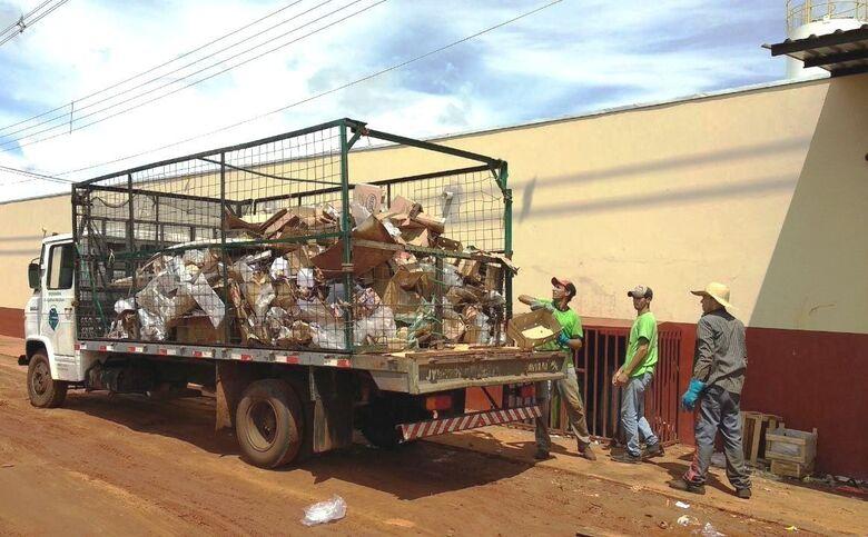 Funcionários da empresa MR Recicláveis, durante coleta seletiva em supermercado de Itaquiraí. - Crédito: Foto: Divulgação
