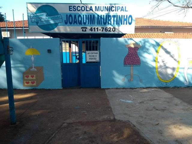 Muro solidário a ser inaugurado hoje servirá para os douradenses pendurar doações, como roupas, calçados, brinquedos Foto: divulgação  -