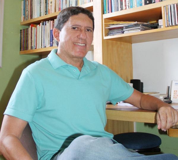 Rubenio Marcelo é poeta escritor, compositor e crítico cultural. É membro e atual secretário-geral da Academia Sul-Mato-Grossense de Letras -