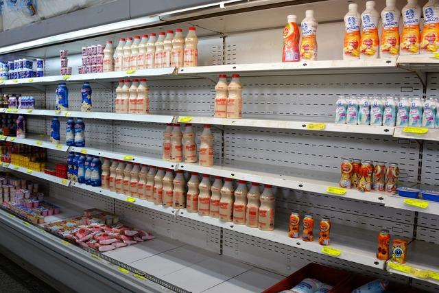 Gandolas nos supermercados já começam  a faltar produtos e alimentos - Foto: Hédio Fazan -