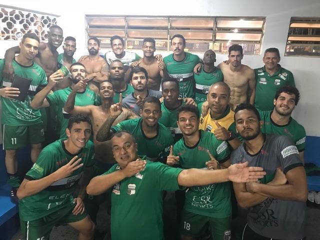 Após vitória, jogadores fazem pose no vestiário em Aparecida de Goiânia - Crédito: Foto: Éder Cristaldo/Novo