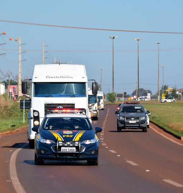 PRF escolta caminhões de combustível em Dourados. -